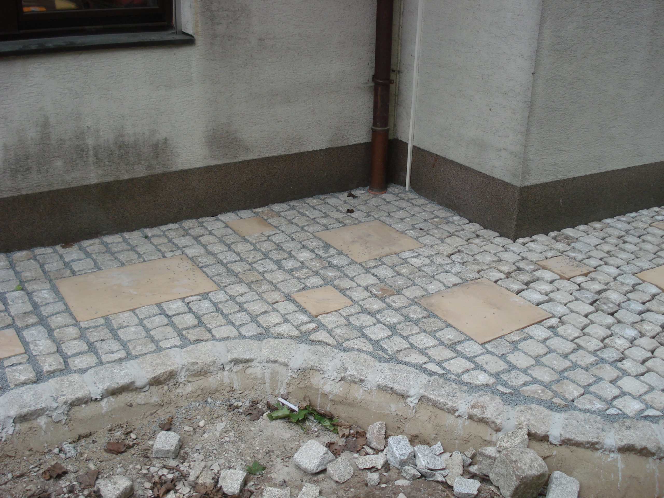 Granitpflaster 10x10cm mit Betonplatten 60x40,40x40,20x20cm